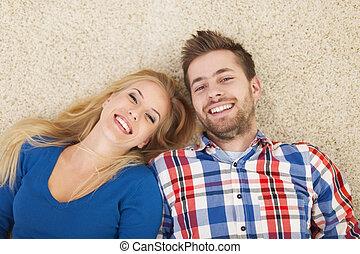 couple, heureux, bas, portrait, mensonge, moquette