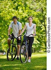 couple heureux, bicyclette voyageant, dehors