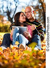 couple, heureux, caucasien, tablette, numérique