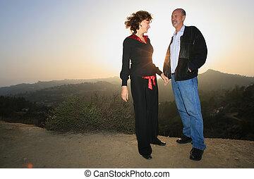 couple, heureux, coucher soleil, dehors