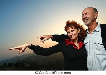 couple, heureux, coucher soleil, mûrir, dehors