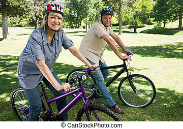 couple heureux, cyclisme, dans, a, parc