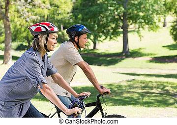 couple heureux, cyclisme, dans parc