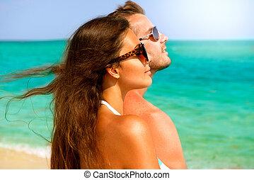 couple heureux, dans, lunettes soleil, amusant, sur, les, plage., été