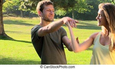 couple heureux, dehors, danse