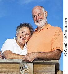 couple heureux, dehors, personne agee