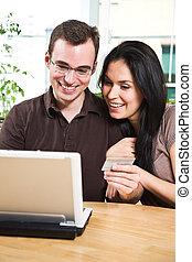 couple, heureux, faire courses ligne