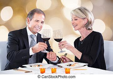 couple heureux, grillage, verres vin, restaurant