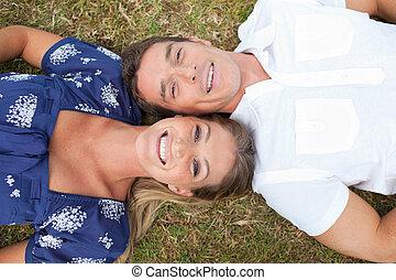 couple heureux, herbe, mensonge
