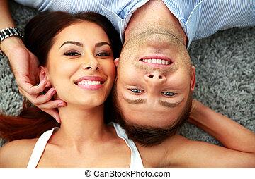 couple, heureux, jeune, mensonge, moquette