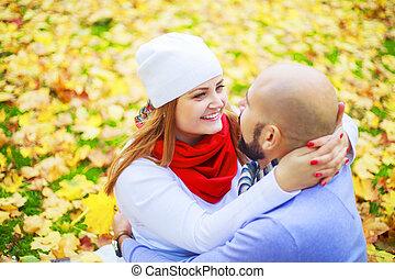 couple, heureux, jeune, parc, automne