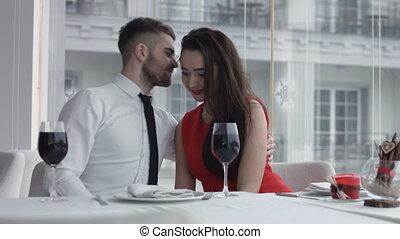 couple, heureux, jeune, romantique, date, restaurant
