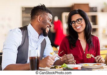 couple, heureux, manger, restaurant