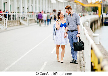 couple heureux, marche, dehors