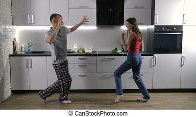 couple heureux, matin, musique, danse