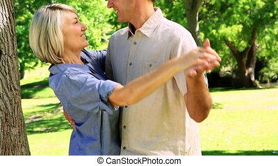 couple, heureux, parc, danse