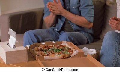 couple heureux, plat à emporter, pizza, maison, manger