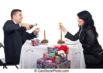 couple, heureux, préparer, noël, toast