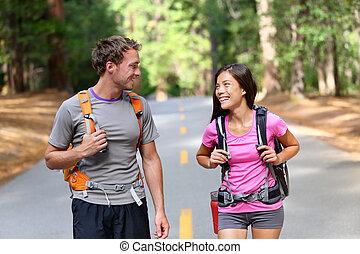 couple, heureux, randonneurs, randonnée, nature