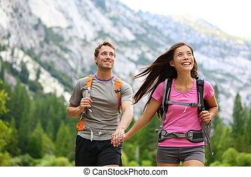 couple, heureux, randonneurs, randonnée, yosemite