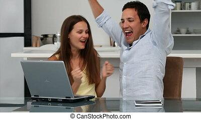 couple heureux, regarder, lapton