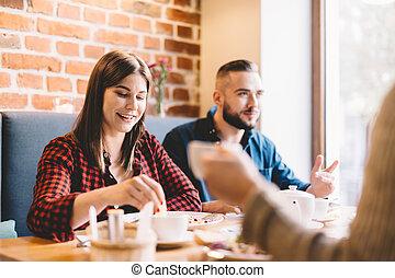 couple heureux, séance, dans, a, restaurant, manger