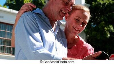couple heureux, smartphone, regarder