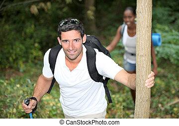 couple heureux, sur, a, montagne, randonnée