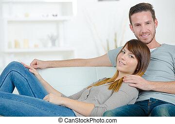 couple heureux, sur, a, sofa