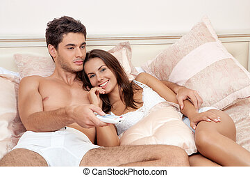 couple, heureux, tã©lã©viseur, ensemble, regarder