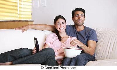 couple, heureux, télévision regarde