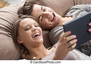couple, heureux, tablette, numérique