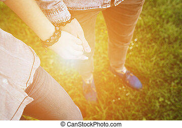 couple, heureux, tenant mains