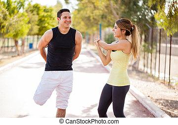 couple, heureux, travailler ensemble, dehors