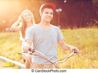 couple heureux, voyager bicyclette, dans parc, dehors