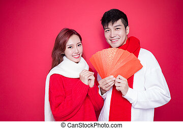 couple holding red envelope