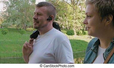 couple, homme femme, marche parc, dans, été