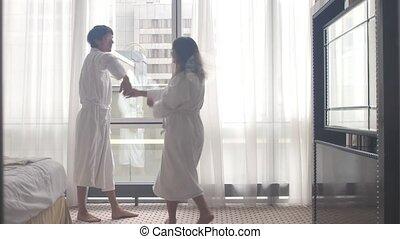 couple, hotel., danse, jeune, peignoir, arrivant, séduisant, après