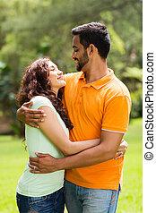 couple, indien, jeune, embrasser