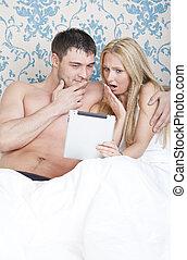 couple, informatique, lit, tablette