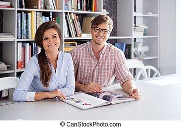 couple, ingénieurs, gai, livre, architecte, amusement, lecture, avoir, studio.