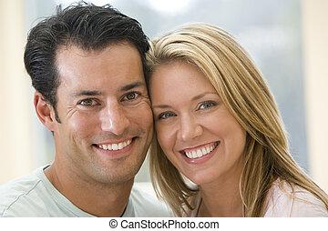 couple, intérieur, sourire