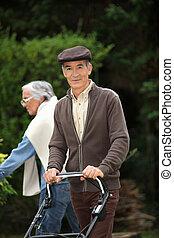 couple, jardinage, personnes agées