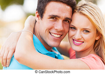 couple, jeune, étreindre, aimer