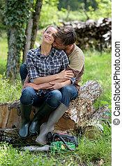 couple, jeune, étreindre, forêt