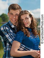 couple, jeune, étreindre, heureux