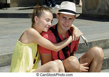 couple, jeune, étreindre, touriste