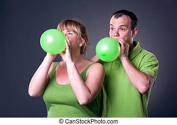 couple, jeune, amusement, ballons, avoir, heureux