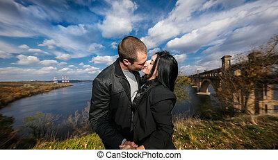 couple, jeune, automne, dehors, baisers, agréable