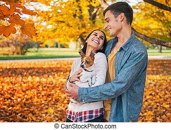 couple, jeune, automne, dehors, portrait, heureux